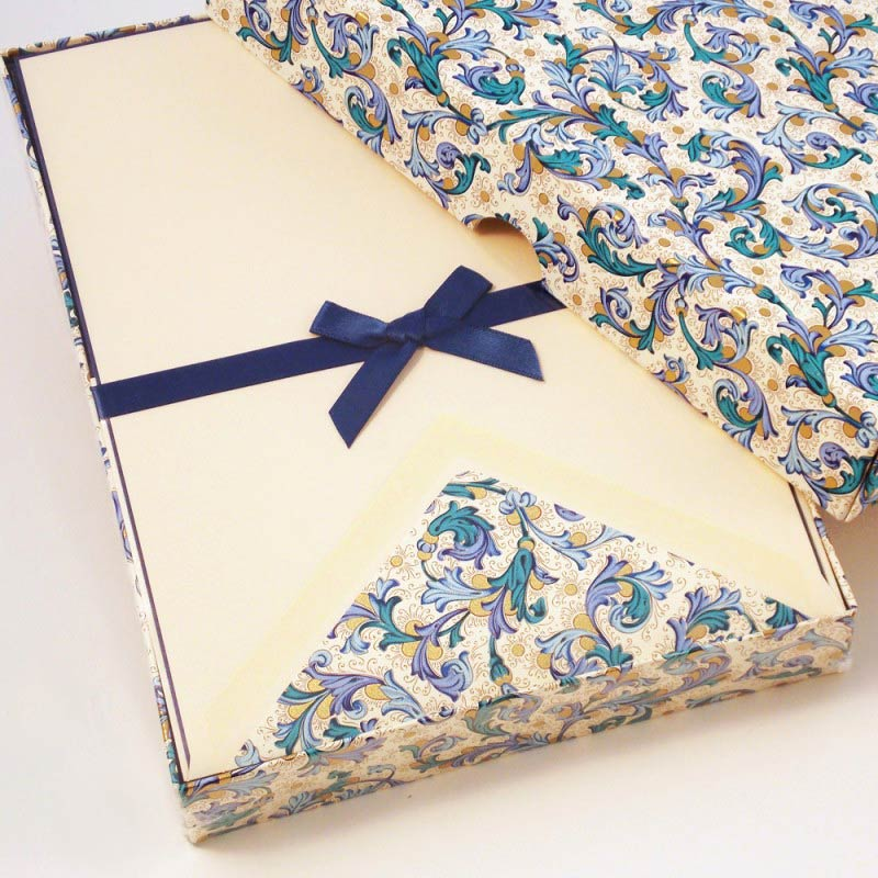 ライティングペーパー並ぶ封筒伝統的フィレンツェ風